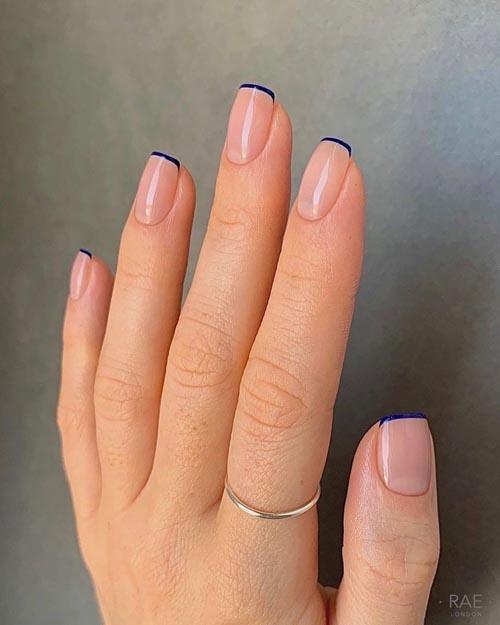 Skinny french nails με nude βάση και μπλε λεπτή γραμμή